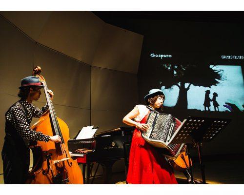 音楽×砂絵によるファンタジック・ライブ「ウミネコ楽団×田村祐子」のパフォーマンス!写真